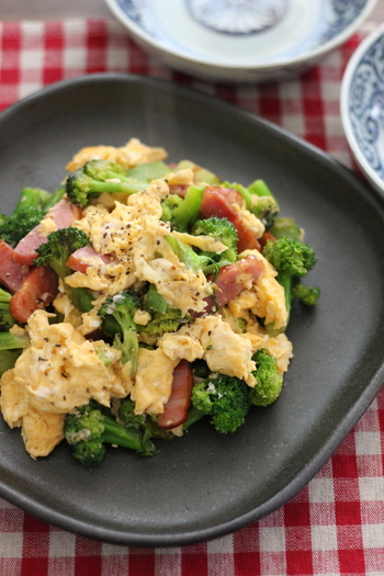 ブロッコリーとベーコンと卵という、子供が好きな食材たちのコラボ♪味付けは麺つゆという簡単レシピもうれしいですね。