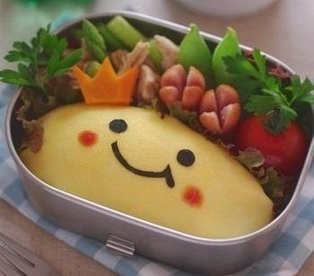 お子さまに大人気のオムライスのお弁当です。ブログの記事に写真つきの解説があるので、この写真のようにキッチリと詰めることができますよ。