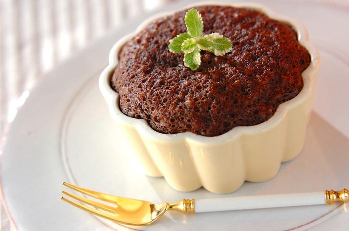 ココットの中身をケーキ生地にすれば、こんな濃厚ガトーショコラも作ることができますよ。ケーキ生地もホットケーキミックスを使うので、材料を混ぜるだけで簡単です。