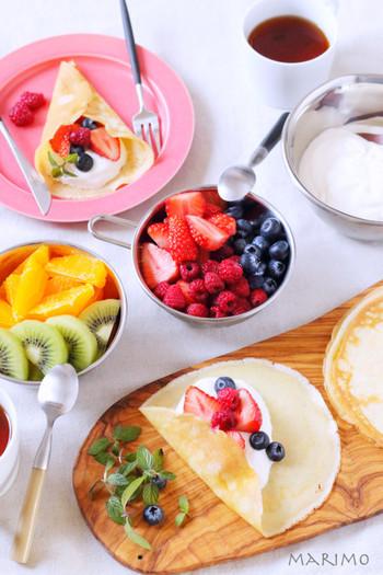 好きな果物やクリームなどをたっぷり巻いて食べるクレープは、子どもたちも大好きですよね。こちらのレシピで作るクレープ生地は、もちもち食感で巻いてもやぶれにくいそうなので、普段のおやつにはもちろん、みんなで楽しむパーティなどにも活躍しそうです。