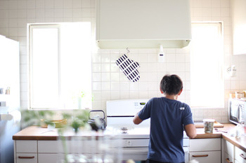 時には長男くんが家庭科で習った料理を披露してくれることも。すっきりモノが少ないキッチンだから、誰が立っても、どこに何があるのかがすぐにわかるんですね。