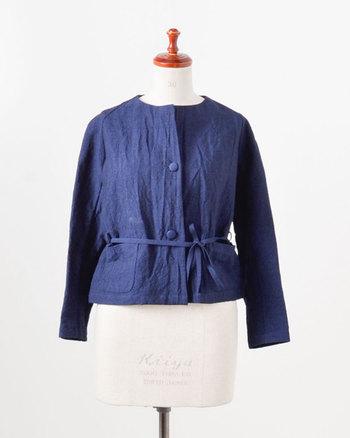 リネン×バンブーレーヨン素材の涼やかなボレロ仕立てのジャケットです。ウエストの細リボンやくるみボタンが、ちょっぴりレトロな雰囲気です。