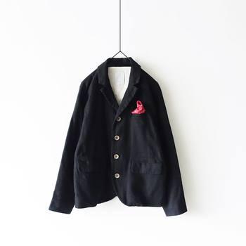 コットン×リネン素材の軽やかなジャケットです。胸元にチーフを添えればセレモニーに対応でき、ラフに着崩しても可愛い1着。