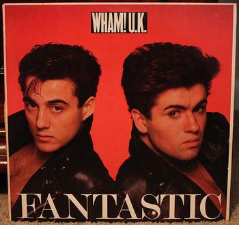 Wham!は、イギリス出身のミュージシャン。1980年代初頭~1986年にかけて、ポップで軽快な曲で数々の大ヒットを飛ばし、世界中から絶大な人気を集めました。ボーカルのジョージが楽曲面を、アンドリューはビジュアル面などを担当。80年代を代表する伝説的なユニットです。