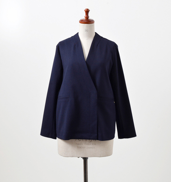 シンプルでありながら、とってもモダン。シャープなノーカラーの襟や、アシンメトリーな身頃の合わせなど、こだわりが詰まったデザインです。