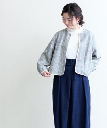 繊細なお花の刺しゅうを贅沢にあしらった、存在感のあるジャケットです。シンプルなTシャツの上からさらっと羽織っても素敵です。