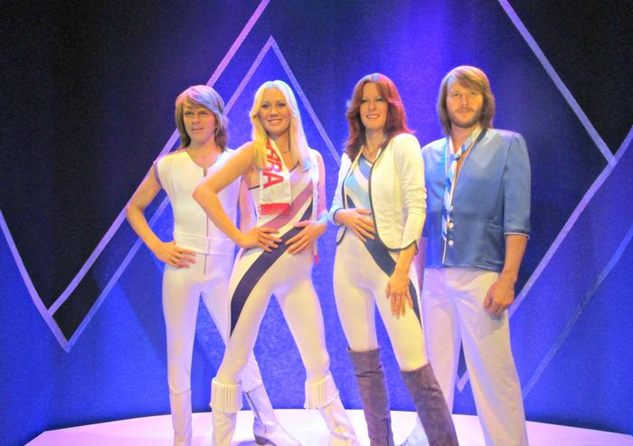 アバは、スウェーデン出身の男女4人からなる、ポップミュージックグループ。1970年代に欧州やアメリカ、日本などで絶大な人気を集め、数々のアーティストに影響を与えました。