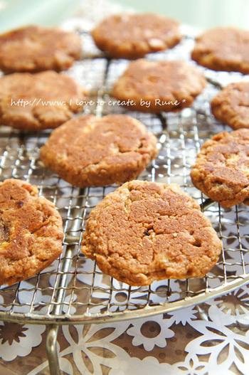 オーブンで焼くのが定番のクッキーですが、フライパンで作るこちらのレシピなら、形を整えたりする手間もなくて簡単です。刻んだりんごが入っているので風味も良く、食感はざくざくしたアメリカンスタイル。おせんべいとクッキーの間くらいのしっかりした噛み応えも楽しいですよ。