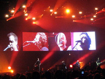 Coldplayは、1997年に結成されたイギリス出身のロックバンド。2000年のデビューアルバム「Parachutes」とシングルが世界中で大ヒット。それ以降のアルバム「静寂の世界」や「美しき生命」も大ヒットし、アルバムの総売り上げは6000万枚以上と言われてます。ちなみに、メンバー4人とも牧師の息子なのだそうです。