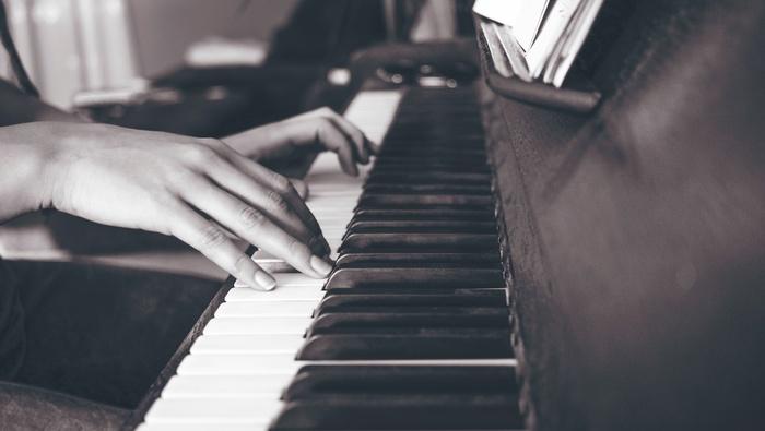 ピアノやギター・アルペジオによる、クラシックを思わせる美しいメロディが魅力。