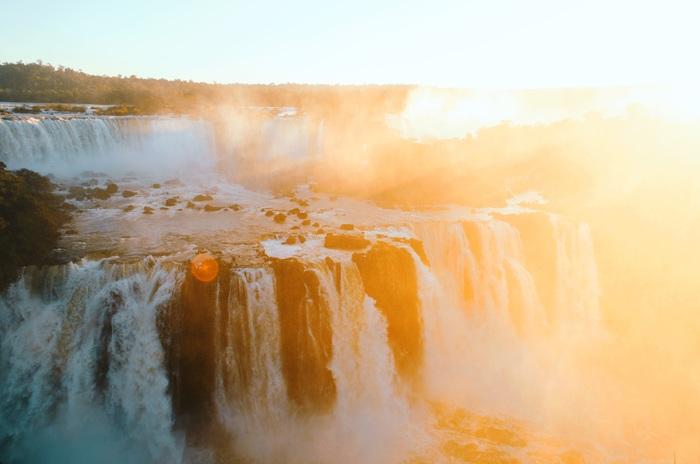 waterfall(滝)をイメージさせる、音の洪水のようなギターのリフと、ボーカルであるマーティンの突き抜けるようなファルセットは必聴です♪