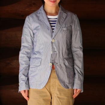 コットン100%のストライプジャケットは、見た目も着心地もとっても爽やか。ややゆとりのあるシルエットなので、着ぶくれしにくいのも嬉しい。
