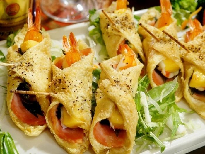 海老やハム、チーズをお揚げで巻いた一品。 パッと作れて華やか、そして意外性があるのところがいいです。