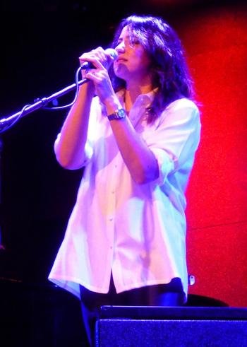 KTタンストールは、スコットランド出身のオルタナティブロック歌手。20代にバンド活動をした後、2004年にソロデビュー。アルバム「Eye to the Telescope」が全世界で400万枚以上の大ヒット。1人でボーカルと演奏を担当するという独自の手法をとっています。