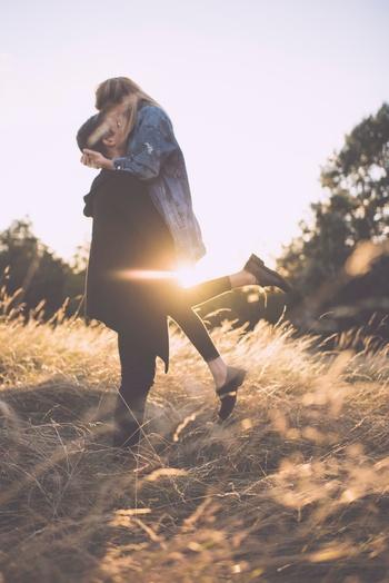 しかし、曲の中の主人公は幸せそうです。負けたといっても、恋に降伏したという意味なので、愛しい人をしっかりGETし、本当の意味では勝者なのでしょうね。恋をつかみ取った嬉しさが伝わってくる、ポジティブになれる名曲です。