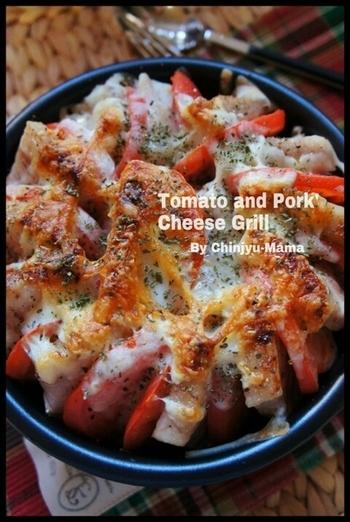 トマトと豚肉、玉ねぎを並べて焼くチーズグリルは、華やかでボリュームのある一品。交互に具材を並べて、チーズをトッピングして焼きます。トースターで簡単にできるのが嬉しいですね。