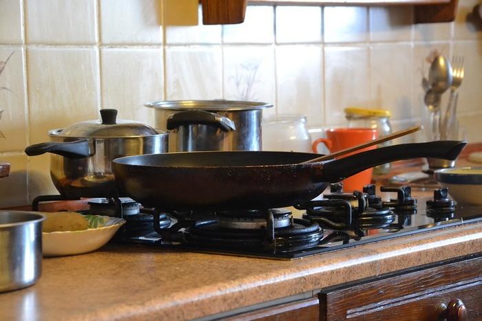 毎日の料理で使い慣れたフライパンは、火加減も自分で見ながら調節できるので気軽に扱えますよね。思い立ったらすぐに作り始めることができ、オーブンのように余熱時間を待つ必要がないのも嬉しいポイントです。定番から変わり種まで、フライパンの可能性を広げるスイーツレシピをいろいろ見ていきましょう。