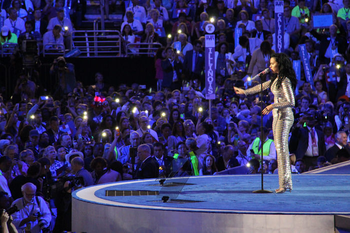2007年に発表した「Ur So Gay」で注目を集め、「I Kissed a Girl」でアメリカ・全英をはじめ、欧州などのシングルチャートで1位を獲得。2010年のアルバムから5曲が米ビルボードのチャートで1位となり、マイケル・ジャクソンの記録と並んでいます。