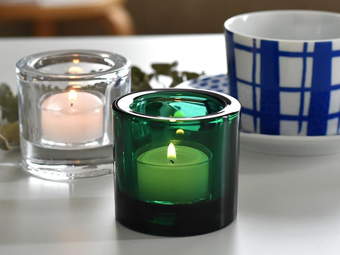 間接照明の代わりにキャンドルも◎ ゆらゆらと揺れるキャンドルの炎も、見つめているだけで心が落ち着いてきますよね。アロマキャンドルで香りの効果もプラスするのもいいですね。  眠る前に火を消すのを忘れずに。不安という方は、Kivi(キビ)など厚みのある安定したキャンドルホルダーを使ってみては。