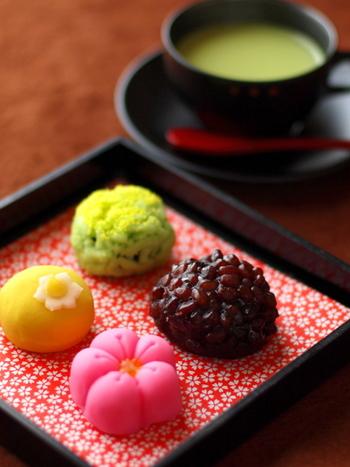 抹茶や緑茶との相性も抜群の春色の和菓子はお土産にもとても喜ばれます。かわいい和菓子がテーブルに並べられているだけでもうっとりしますよね。