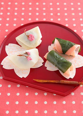 春色の桜餅はまさにこのテーマにピッタリのお菓子です。あんこの中に入っているクルミがアクセントとなって昔なつかしい独特な味わいを楽しませてくれるでしょう。一度はお家でチャレンジしてみたいレシピですね。