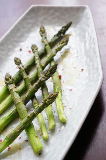 グリルすることで、アスパラの甘味をもっとぎゅっと凝縮!旨みと甘味が口いっぱいに広がります。下処理をしたら魚焼きグリルに並べて焼くだけというカンタンレシピです。仕上げに塩コショウをささっと振って、オリーブオイルを垂らして召し上がれ♪