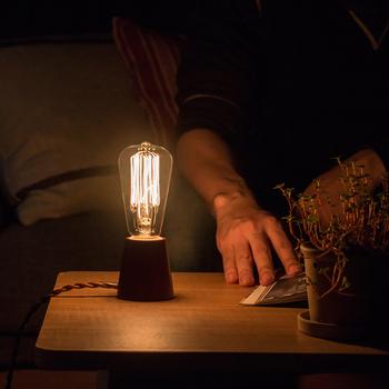眠る少し前に、蛍光灯など強い光から間接照明に切り替えて。トーンを落ち着かせて、快眠へ誘う準備をしましょう。 間接照明はデザインが豊富なので、お部屋のアクセントとしても活躍。電球型もレトロでおしゃれ。こっくりとした琥珀色のような光が、心を静めてくれるはず♪