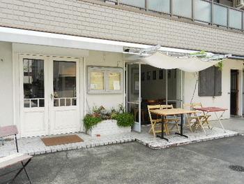 玉川高島屋・南館の裏手にたたずむナチュラルテイストの小さなお店。白を基調とした、飾らないパリのカフェのような雰囲気です。
