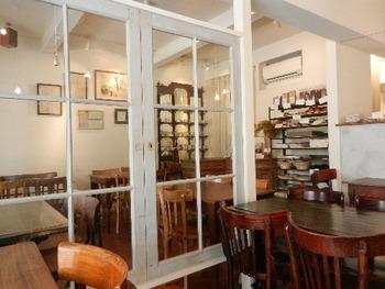 白い壁と味のある色を出しているテーブル&チェアが落ち着いた雰囲気を醸し出します。