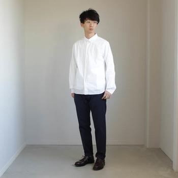 コンフォートシャツ×チノパンの、YAECA王道スタイル。さらりと着るだけでおしゃれにまとまるから不思議!