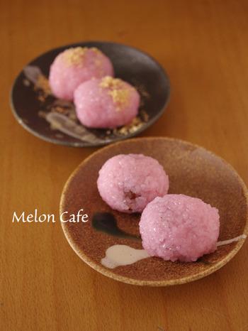 先ほどご紹介したのは関東風ですが、関西の方にはこちらのほうの桜餅でないとしっくりこないはず。地方によって形や作り方が違うのも面白さの一つですね。