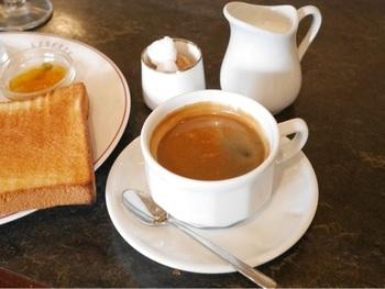 飲み物もたっぷりサイズがうれしいですね。洗練されたかわいい器、グラス、カトラリーとともに素敵な朝のひとときを過ごせそうです。