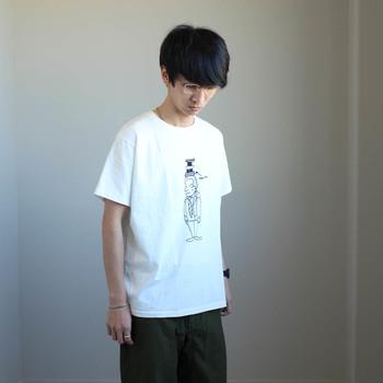 アーティスト加賀美健さんのイラストをプリントしたTシャツは、YAECAの定番人気アイテム。シーズンごとに異なるユーモラスなイラストが、シンプルコーデのアクセントにぴったり。