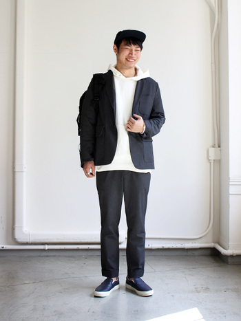 カッチリとした印象のジャケットも、YAECAにかかれば、イメージがガラリと変わります。真似してみたいスタイリングですね。