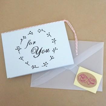 透け感のある封筒もとっても素敵♪中身が透けるので、デザインが素敵なグリーティングカードや、おしゃれにプレゼントをラッピングしたい時などにもおすすめです。