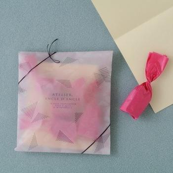 同じ透け感のある封筒でも、色ものが入るとまた違った趣になります。このように薄いものや細々したものをプレゼントしたい時に封筒はぴったりですね。リボンや紐でデコレーションすれば立派なラッピングの完成☆