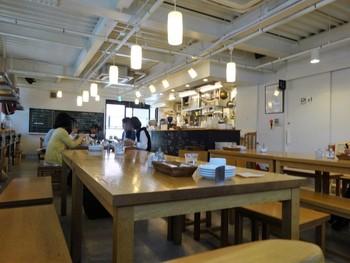 """「ゆっくりとカフェ」の店内です。モーニングをはじめ、朝獲れの世田谷産""""せたがやそだち""""の野菜を使った料理や飲み物をいただけます。"""
