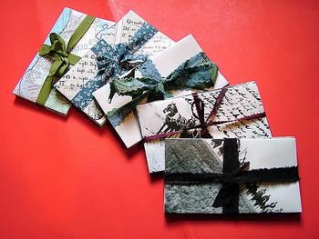 紐のほかにリボンでデコレーションする方法もありますよ。華やかさが加わって、プレゼントにもぴったりです。封筒をまとめて保管する時にもかわいく収納できそうですね☆