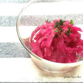紫キャベツをお酢に漬けると綺麗なピンクに。 漬け合わせに彩を添えたい料理にピッタリです!