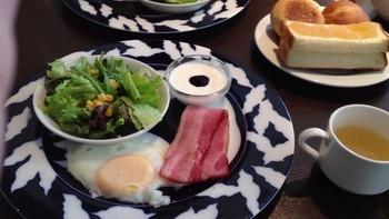 卵料理、肉料理をそれぞれ1つずつ選べるセットは、サラダやヨーグルトもついているので栄養バランスも◎ですね。 キッズメニューや、パンブッフェとドリンクのシンプルなメニューもあります。