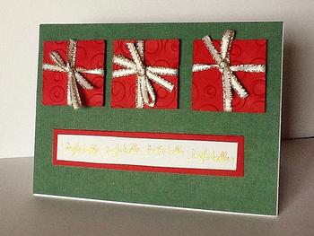 紙を四角に切ってリボンを付けてプレゼント風に。クリスマスだけでなくバースデーカードにもぴったりのデザイン。