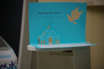 教会が飛び出すウェディングカード。シンプルですが、こういった遊び心のあるウェディングカードはワクワクしますよね。