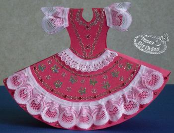 女の子だったら絶対に喜んでくれそうなドレスのバースデーカード。レースやシールを使って華やかに仕上げましょう。