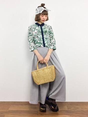 一見合わせにくいと感じる柄も、シックな色のスカートと合わせればしっくり馴染んで素敵な雰囲気に。