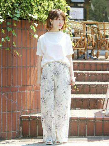 今春は、明るい白パンツがおすすめ。モノトーン寄りのボタニカル柄をチョイスすれば、どんな服にも合わせやすいです!