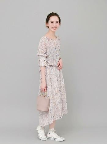 ピンク生地に花柄という甘い組み合わせも、少しスモーキーなクラシカルピンクをチョイスするだけで、大人っぽく着こなすことが出来ます。