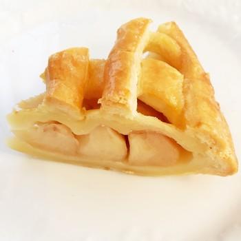 王道的ビジュアルのリンゴパイが人気のボン・モマンは、開店当初から使用するリンゴは『紅玉』一筋。熱を加えても味がぼやけず、パイのコクに負けない酸味をもつそうです。