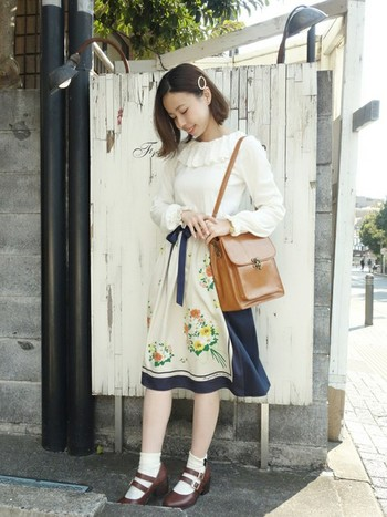 リボンの付いた、とっても可愛いスカート。白ソックス&革靴と合わせて、春らしさ全開です。