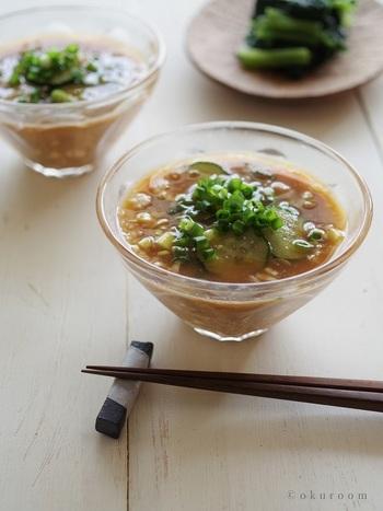 夏はひんやりとした宮崎の郷土料理の冷や汁がおすすめ。鰹節と白ごまは乾煎りすることがコツ。乾煎りすることで香ばしくなり、冷や汁がぐっと美味しくなります。
