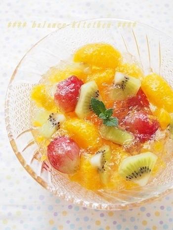 フルーツの缶詰を使って作る「フルーツポンチジュレ」。缶詰のシロップをジュレにするのがポイント!子供が喜ぶこと間違いなしのデザートです♪